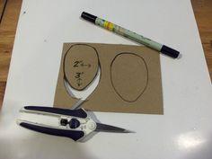 Kurdeleden süsün yapımı çok kolay.Gerekli malzemeler karton, kalem, makas, kurdele, yapıştırıcı ve sim.