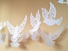 palomas para la decoración de la guirnalda de corte de papel Ideal para bodas, decoración de primavera y ocasiones felices. Cantidad el precio es de 25 palomas grandes 11 7-8 pulgadas de ancho menor de 14 pulgadas de 6-3 Hacen alrededor de 4 metros de largo del empavesado. Si establece