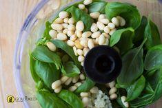 Η σάλτσα pesto είναι μια από αυτές τις γεύσεις τις οποίες οι περισσότεροι αγαπάμε και φτιάχνεται πολύ πιο εύκολα από ότι νομίζουμε. Χρησιμοποιήστε την για ζυμαρικά, καλαμάρι, μπρουσκέτα ή ότι σας κατεβάσει ο νους!