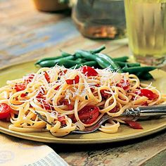 8 Diabetes-Friendly Pasta Recipes Bacon-Tomato Linguine: Yes, bacon is high in saturated fat, which is a no-no for people managing type 2 diabetes. But when you use bacon as a garnish rather than the main event, it can add rich flavor to your dish. Swap i Healthy Pasta Dishes, Healthy Pastas, Healthy Lunches, Healthy Recipes, Pasta Recipes For Diabetics, Pasta Food, Lunch Snacks, Healthy Breakfasts, Bacon Recipes