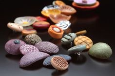 Polymer clay buttons by Ronna Sarvas Weltman Polymer Clay Kunst, Polymer Clay Necklace, Polymer Clay Creations, Polymer Clay Beads, Organic Polymer, Diy Clay, Metal Clay, Pottery, Clay Ideas