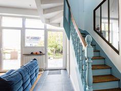 Dans l'escalier aussi le bleu azur est présent Architecture Renovation, Stairs, Inspiration, Home Decor, Decor Diy, Photos, David, Design, Style