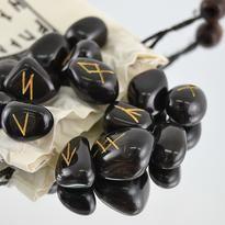 Mystické kameny s runovými znaky odhalí minulost, pomohou pochopit přítomnost a umožní nahlédnout do budoucnosti.