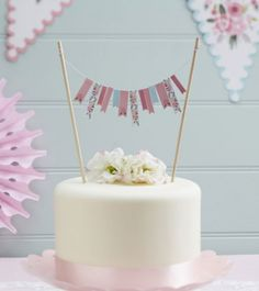 Niedliche Kuchengirlande aus rosa- und türkisfarbenen sowie floralen Wimpeln für die Dekoration Ihrer Torte oder Kuchen.