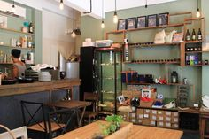 Common Ground 精品Cafe Common Ground是一間精品咖啡店。店内售賣多款手作及精品,寄賣的作品都富有特色,說不定能夠在這裡找到心頭好。淺綠色配上木系座椅,再加上綠色植物,感覺清新。這兒的咖啡種類較多,就連澳式咖啡牛奶Flat White都有。點上一杯咖啡,看看雜誌,休閒地過上半天吧。  地址:中環城皇街19號地下  開放時間周一至周日 11am-7pm 周二休息 查詢電話2818 8318