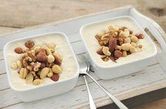 Een super simpel maar heerlijk en voedzaam ontbijt met banaan, yoghurt en noten. De banaan en de noten in dit ontbijt bevatten veel goede stoffen om de dag optimaal te beginnen. Kijk voor meer snelle recepten van voedzame gerechten op www.voedzaamensnel.nl Benodigdheden: 300 ml volle yoghurt 2 handjes noten mix (ongezouten) 2 bananen Bereidingswijze: Schil...Lees Meer »