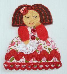 La Caja de Broches: MENINAS primavera 2012 Crochet Hats, Christmas Ornaments, Holiday Decor, Scrappy Quilts, Toddler Girls, Tela, Felt Brooch, Needle Felted Ornaments, Arts And Crafts