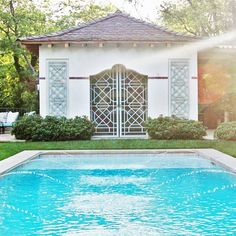 How beautiful is this poolside #cabana? Hop over to the blog for the full tour plus a few ways to get the look for your own patio. Link in profile peeps. http://ift.tt/1JhoRaY