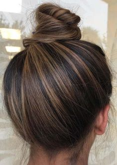 Stylish top bun amp updo styles for stylish women 2019 See here and be inspired . - Hair and beauty Stylish top bun amp updo styles for stylish women 2019 See here and be inspired . - Hair and beauty Soft, shiny, silky. Brown Hair Balayage, Ombre Hair, Brunette Hair Color With Highlights, Highlights For Dark Brown Hair, Brunette Hair Colors, Blonde Hair, Brown Hair Foils, Hair Styles Brunette, Dark Highlighted Hair