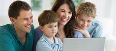 familia mirando el ordenador3