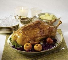 Das Rezept für Weihnachtsgans mit Gewürzrotkohl, Knödeln und Bratäpfeln und weitere kostenlose Rezepte auf LECKER.de