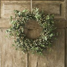 Wreath of ivy and baby's breath maybe?