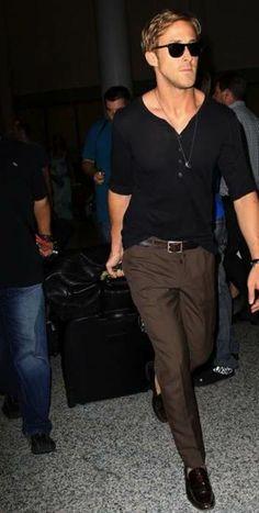 Ryan Gosling looks casual and stylish. www.chataromano.com