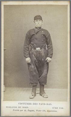 Man in Urker streekdracht. Costumes des Pays-Bas. - Hollande du Nord. - L'île Urk. 1875-1885 fotograaf: Jager, A. #Urk