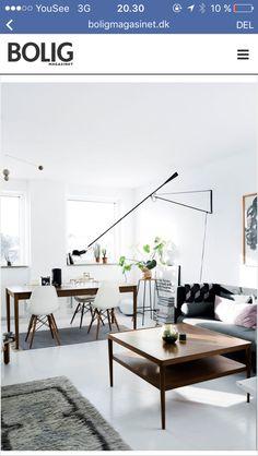 Cool stue - Hvide gulve og Earmes stole.