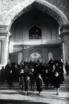 The women of Ishqabad in front of one of the nine doors of the Mashriqu'l-Adhkár