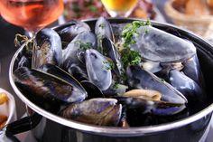 Un mélange de coquillages et poissons, un plat pour les amoureux des produits de la mer.