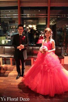 こちらの新婦さんのお色直しです。白いドレスから、明るい赤のドレスにイメージチェンジです。がらっとイメージかわりますね。こちらもかわいい~。 ブーケは、以...
