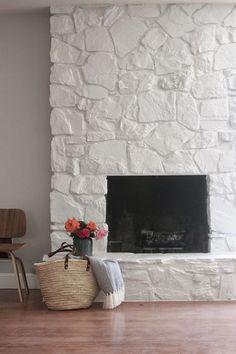 Zona de chimenea con paredes de piedra