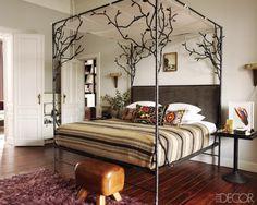 Cama con dosel de hierro en forma de árboles