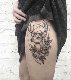 üst bacak geyik kafası dövmesi kadın model