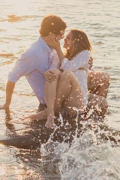 We have chosen some engagement photos taken on the beach that depict the perfect way to propose.