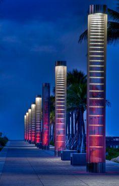 Parque Sur de #MiamiBeach, aquí las columnas luminosas te acompañarán hasta las orillas del #mar. http://www.bestday.com.mx/Miami-area-Florida/