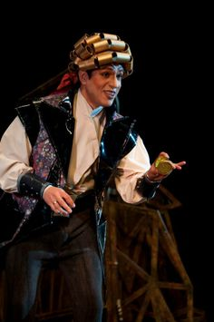 Data: 2013 Luogo: Teatro Adolfo Mejía, Cartagena (Colombia) Regia: Roberto Salazar Costume: José Antonio Moreno Attore: Sidney Jiménez y Alejandro Fonte Fonte: https://www.facebook.com/pages/El-Barbero-de-Sevilla-o-el-Amor-en-Met%C3%A1lico-Tour-2013-por-Colombia/221949901276313