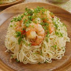 「ガーリックシュリンプそうめん」のレシピと作り方を動画でご紹介します。ハワイの人気グルメ、ガーリックシュリンプをそうめんでアレンジ♪プリプリのえびとガーリックバターの風味がたまりません!茹ですぎて余ったそうめんで作ってもOKですよ。 Fish Recipes, Asian Recipes, Healthy Recipes, Vegetarian Recipes, Easy Cooking, Cooking Recipes, Japenese Food, Japanese Dishes, Cafe Food