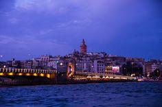 Eski İstanbul | Yazar : Emir Bolat Öyküler beraat etti yüreğimden bu gün. Turuncuydu gökyüzü. Bir İstanbul doğurdu kadının biri bu gün. Balık ızgara kokuyordu Eminönü. İnsanlar anlaşamıyordu bir türlü. Beyoğlu'nda kalabalığın uğultusu bu gün. Bir damla yaş düşse kadının gökyüzünden; Islak çam kokuyordu Yıldız parkı bu... #Şiir  http://www.mornota.com/eski-istanbul/