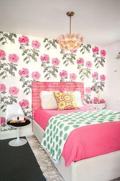 Обои для детской комнаты девочки (44 фото) : как сохранить детство и подчеркнуть стиль http://happymodern.ru/oboi-dlya-detskoj-komnaty-devochki-44-foto-kak-soxranit-detstvo-i-podcherknut-stil/ Фото 18 - Обои с яркими розовыми цветами в комнате для девочки