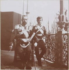 Tsarskoe Selo, Palácio de Alexandre, inverno 1912-1913: Imperador Nicolau II e seu filho Czarevich Alexei de uniforme na varanda da Imperatriz.