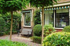 Old Wall, Interior Garden, Iron Gates, Neon Lighting, Garden Planning, Garden Inspiration, Outdoor Gardens, Garden Design, New Homes