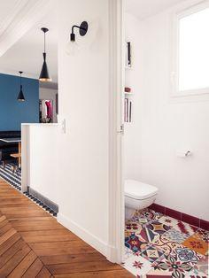 Rénovation complète pour cet appartement typique haussmannien de 180m2 situé dans la mythique rue des Martyrs ; Sol patchwork multicolore carreaux de ciment;  Photos Cyrille Robin / Architecture d'intérieur Marion Alberge