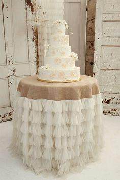 Decoración de mesa del pastel de bodas con encaje y yute (burlap).