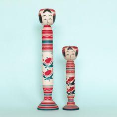 【My 86th & 87th #こけし 】は、#作並系 #平賀輝幸工人(1972-)の謙蔵型台付き6寸4分と同4寸。茶房たんたん(現 楽語舎)頒布品。左は『東北のこけし』掲載品の写しだそうです。#阿房こけしコレクション