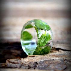 Prsteň / Ring / Anello  Masívny prsteň zo živice s imitáciou brúseného drahokamu. V živici sú zaliate drobné zelené lístky. Prsteň je odliaty do kvalitnej formy, nebolo treba ho lakovať. Lakovaná je len hrana,...