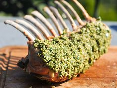 Já elegeu o prato principal para o domingo de Páscoa? #Borrego_em_Crosta_de_Ervas_Aromáticas #receitas #carne #páscoa #almoço #família #amigos #borrego #ervasaromáticas #forno