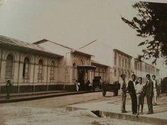 """Hospital San Juan de Dios. Se observa la esquina suroeste del Parque La Merced. Finales de la década de 1930.  Fuente: Colección """"Costa Rica en blanco y negro"""" del Banco Nacional"""