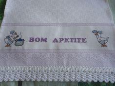 Panos de prato decorados personalizados em ponto cruz com barrado em crochê. R$ 40,00