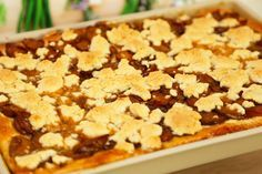 Der saftige Pflaumenstreuselkuchen ist schnell gemacht mit Teig aus dem Thermomix und gebacken im großen Ofenzauberer von The Pampered Chef.