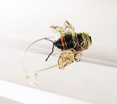 Bumblebee pin - bee brooch - bee artwork - black gold jewelry - insect jewelry - contemporary jewelry - anniversary gift for her Sea Jewelry, Insect Jewelry, Animal Jewelry, Jewelry Art, Jewelry Design, Unusual Jewelry, Modern Jewelry, Modern Hippie Style, Gifts For Art Lovers