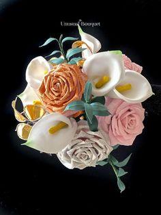 Bouquet realizzato con rose in carta crespa, calle in foam, lunaria in ottone e fiori di carta.Tutto realizzato a mano. Questo è il bouquet posy. #dicembre #bouquet #sposa #wedding #2021 Rose, Street, Pink, Roses