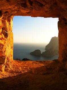 Es Vedrà Islan in Ibiza (Spain).  L'isola di Es Vedrà ed Es Vedranell di fronte a Ibiza (Spagna)  Isla de Es Vedrá en Ibiza.