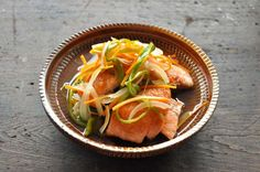 いちばん丁寧な和食レシピサイト、白ごはん.comの『鮭の南蛮漬けの作り方』を紹介するレシピページです。鮭の南蛮漬けは油で揚げて作るレシピも多いですが、揚げずにフライパンで作るレシピです。野菜もたっぷり一緒に漬け込むので、バランスの良いおいしい美味しい主菜ができあがります。作った翌日でも美味しいので、おもてなし料理に最適なレシピです!