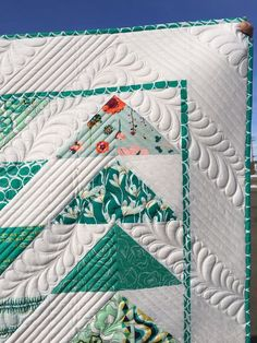 really like the thin border they added around the design of the quilt and made a matching binding to coordinate Quilting Rulers, Longarm Quilting, Free Motion Quilting, Quilting Tutorials, Quilting Projects, Quilting Ideas, Modern Quilting, Machine Quilting Patterns, Quilt Patterns