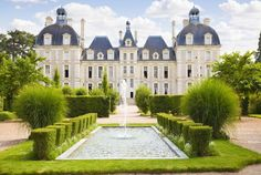 The Castle of Cheverny is located in Sologne, the Loire et Cher Departement and the Centre Val de Loire region. It is a sublime French listed monument and unique compared to other famous castles of the Loire Valley… Discover more together with Bontourism®