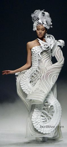 Paper dress couture dragon lady dress Highlights from China Fashion Week 2012 - Xu Ming Foto Fashion, 3d Fashion, Weird Fashion, China Fashion, Fashion Weeks, Couture Fashion, Fashion Show, Fashion Design, Runway Fashion