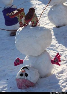 24 Clever Ways to Build a Snowman ein Schneemann steht Kopf The post 24 Clever Ways to Build a Snowman appeared first on Kinder ideen. Noel Christmas, Winter Christmas, All Things Christmas, Hygge Christmas, Simple Christmas, Christmas Humor, Christmas Ideas, Holiday Crafts, Holiday Fun