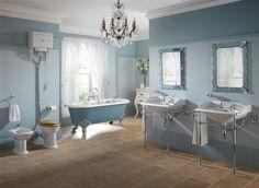 Klassieke bidet, klassieke toiletpot met hooghangend reservoir, klassiek bad op pootjes en twee prachtige klassieke wastafels met onder rek.